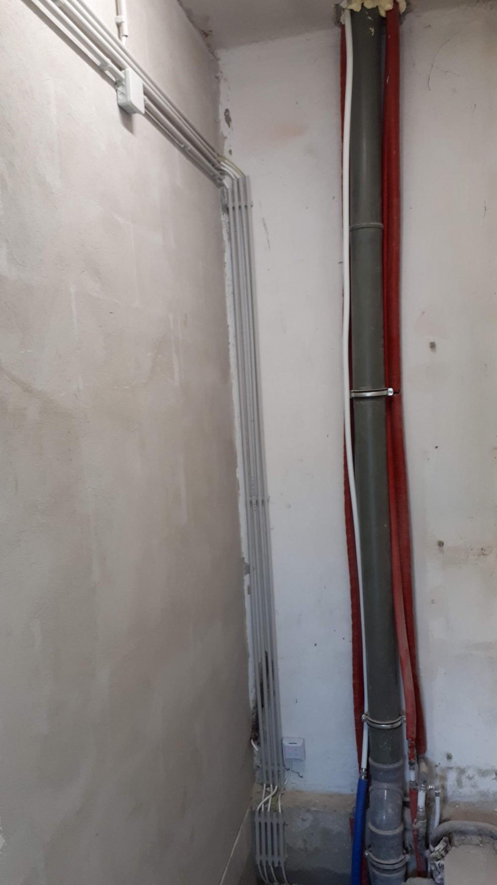 Villanyszerelés Budapest - Falon kívüli villanyszerelés pincében